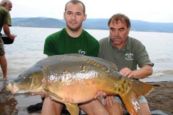 Rekordný úlovok. Takmer 20-kilového kapra ulovil Jozef Popčák (vľavo) z Veľkých Kapušian.