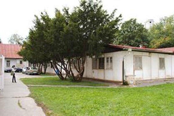 Staré budovy. Nemocnica ich čoskoro zbúra. Na ich mieste bude oddychová zóna pre pacientov alebo parkovisko.