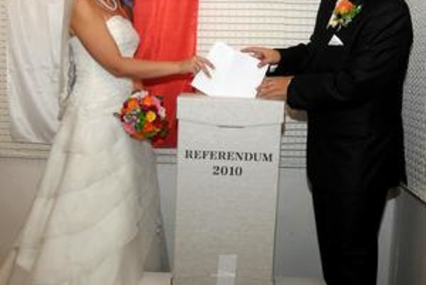 Novomanželia Vencúrikovi. Referenda sa v Zemplíne zúčastnili prevažne mladší voliči. Prišli aj novomanželia Vencúrikovi (Matúš a Gabika), ktorí svoje hlasy odovzdali v Humennom.