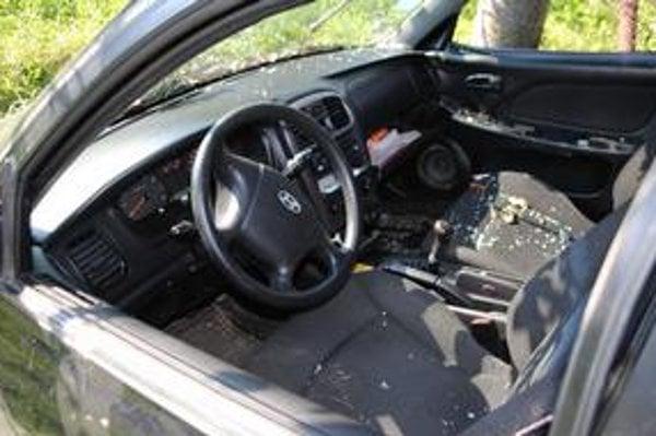 Havarované auto. Svedkyňa videla z auta vystupovať len primátora cez okno šoféra.