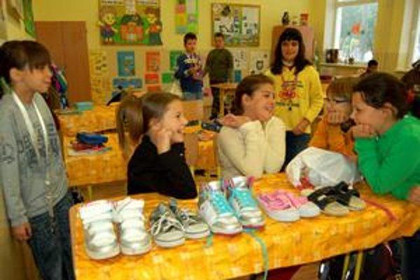 Pätoro topánok. Takto vyzerá základná kolekcia topánok pre deti - v prvých dieťa príde do školy, tenisky s bielou podrážkou sú do telocvične, tretí pár je na cvičenie na dvore, štvrtý sú prezuvky do družiny a piate prezuvky do školy.