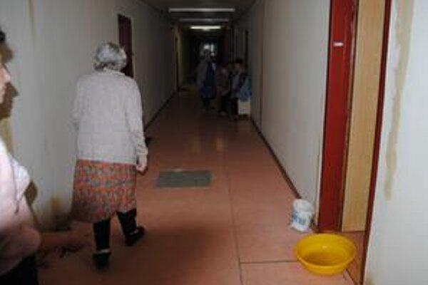Seniori nestíhali, vodu zachytávali do vedier aj kompótových fliaš.