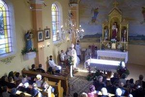 Vynovený kostol. Posvätil ho arcibiskup Mons. Alojz Tkáč.