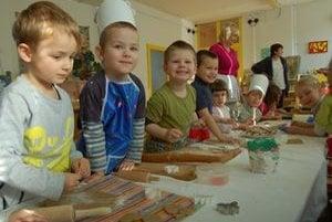 Príprava na plný plyn. Celá škôlka voňala medovníkmi. Deti odušu vaľkali a vyrezávali tradičné vianočné pečivo.