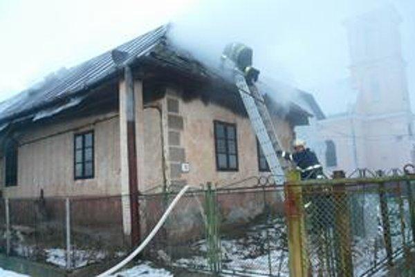 Plamene vyšľahli z pootvoreného krbu a postupne zachvátili celý dom.