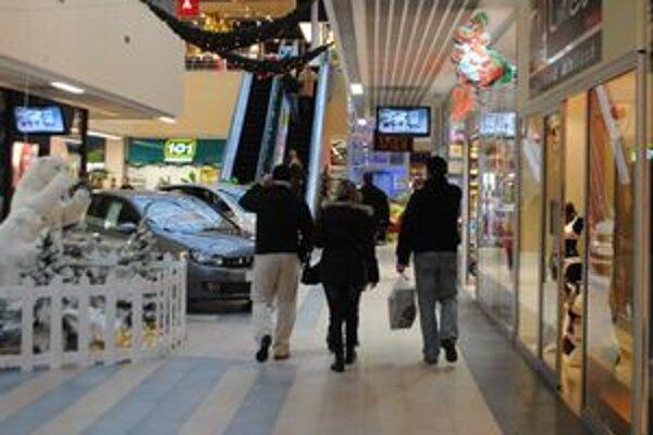 Výpredaje. Za zľavnenými nákupmi vyrážajú celé rodiny.