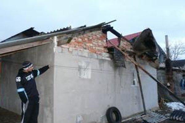 Miesto požiaru. Majitelia domu sú v zahraničí. Plamene sa snažili uhasiť susedia.