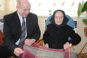 Koberčeky 100-ročnej Anny Štefanovej poznajú v celej dedine.