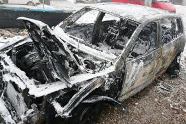 Požiar. Keď vodič ucítil zápach, auto odstavil.