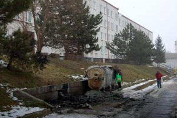 Tri požiar celkom zničil. Tri zo 4 kontajnerov požiar celkom zničil. Nezostalo z nich nič. Podľa hasičov požiar spôsobil otvorený oheň.