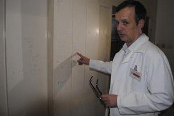 Chodba pred pôrodnicou. Oteckovia píšu po stenách aj výťahu, ukazuje lekár Pavel Herman.