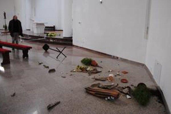 Veriaci našli sakrálne predmety pohádzané na zemi.