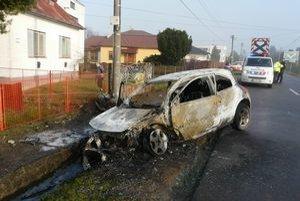 Vodič stihol po náraze vystúpiť. Auto zhorelo do tla.