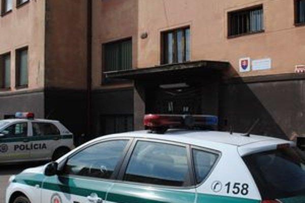 Policajt zobral kolegovi pokutové bloky zo služobnej skrinky na tomto oddelení.