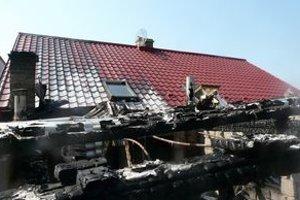 Požiar sa zprístavby rozšíril aj na strechu domu.