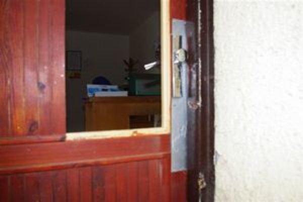 Latkové dvere. Vykopnúť ich a dostať sa tak dnu nebol pre zlodeja problém.