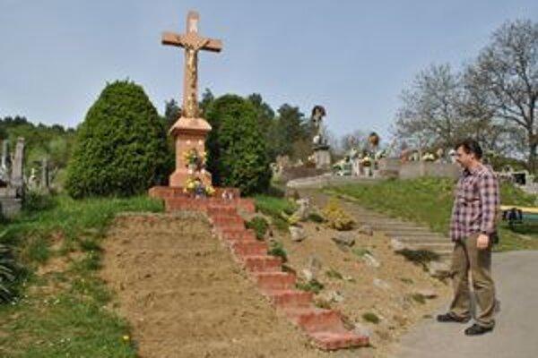 Kochanovský cintorín. Kvety zlodej ukradol aj od tohto centrálneho kríža, ktorý opravili Weissovci. Starosta to oznámil polícii.