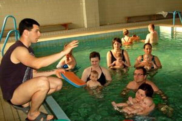 Trebišovské bábätká. Učí ich plávať majster Slovenska v triatlone.