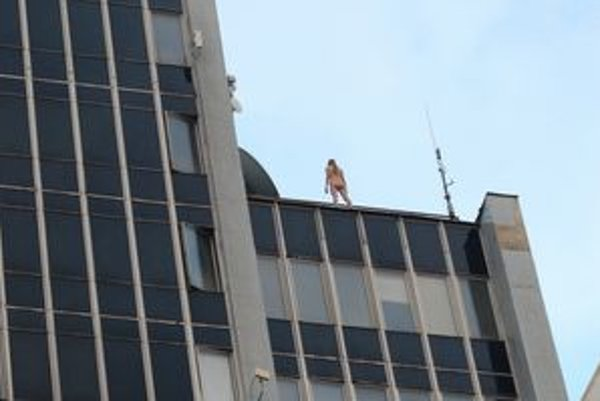 Lucia sa v októbri 2008 pokúsila o samovraždu skokom z najvyššej budovy v Michalovciach. Pred skokom sa vyzliekla donaha a začiernila si ruky.