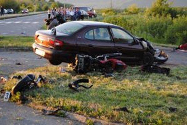 Motorku po zrážke s autom rozbilo na kusy. Jazdec bol na mieste mŕtvy.