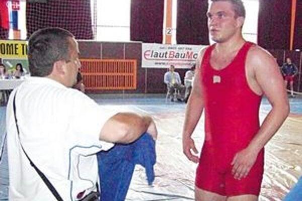 Oddych na žinenke. Tréner Erik Cap a Oleg Humenyuk.