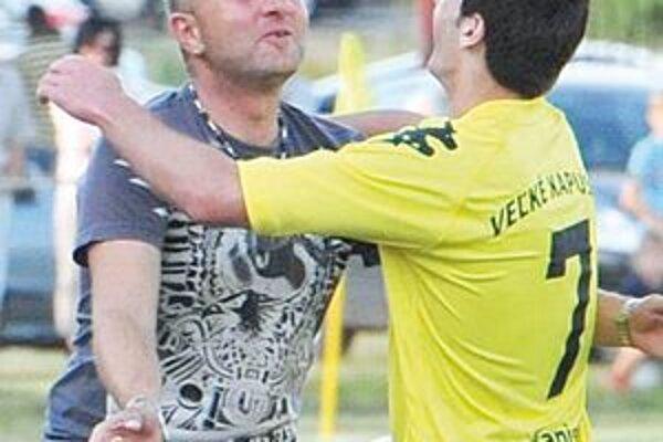 Radosť trénera so strelcom. Štefan Brezo (vľavo) sa teší s Marcelom Hamim.