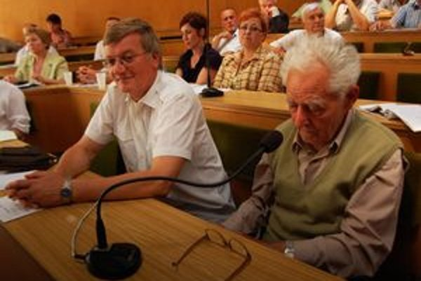 Starý a nový. Dnes už 83-ročný Miron Repka (napravo) viedol kroniku 36 rokov. Vystrieda ho učiteľ Anton Horňák.