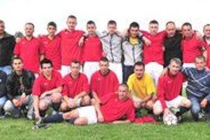 Záverečná spoločná fotografia FK Topoľany po spečatení treťoligovej záchrany. Po výhre nad Stropkovom udržali tretiu ligu, ale to, kto ju bude napokon v nasledujúcej sezóne hrať, je otázne...