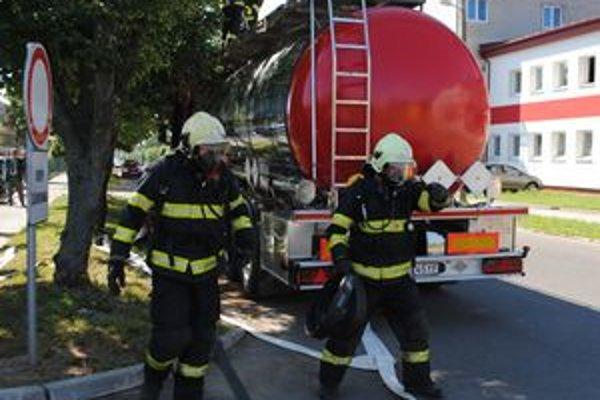 V akcii. Záchranári používajú špeciálnu techniku pri likvidácii nebezpečných látok unikajúcich z havarovaných cisterien.