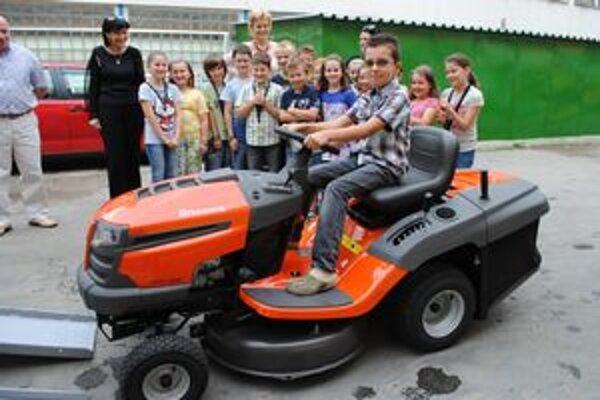 Žiaci. Za najkrajšiu maľovanú záhradu získali pre školu traktor.