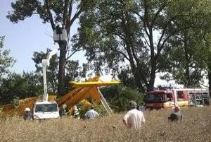 Pilot narazil do elektrického vedenia a následne do stromu. V Zemplínskom Jastrabí prerušilo dodávku elektriny.