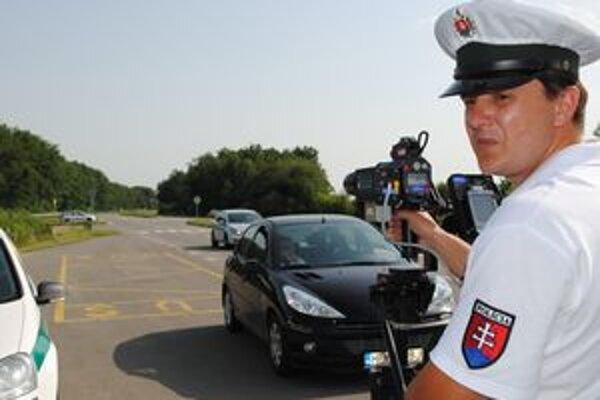 Križovatka pri Prímestskej oblasti. Dopravní policajti z Michaloviec vyhlásili vojnu cestným pirátom.