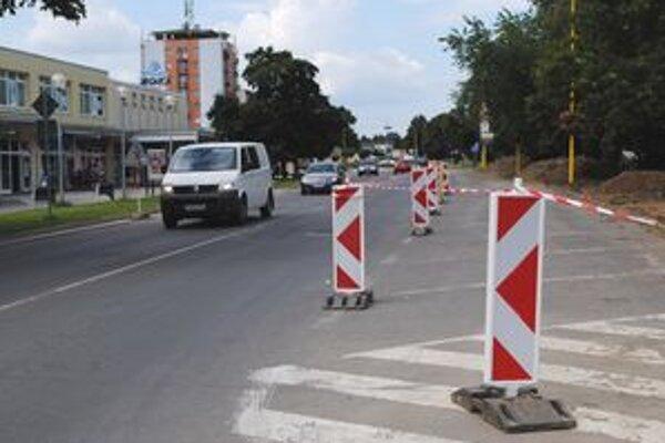 Zostane polovica. Z parkovacích miest na Severnom námestí v centre Trebišova zostane len polovica.