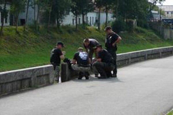 Granát pri chodníku. Polícia do príchodu pyrotechnika miesto uzavrela.