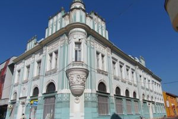 Storočná dáma. Dodnes je architektonickým skvostom Michaloviec.