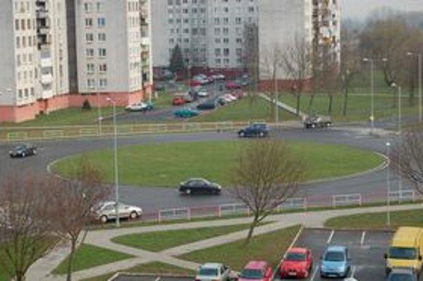Križovatka Hollého – Okružná. Dva pruhy spôsobujú vodičom ťažkosti.