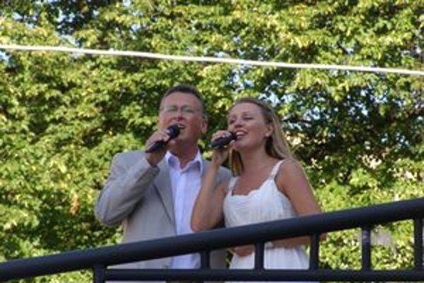 Pri fontáne lásky. Natália a Mikuláš Petrašovský zaspievali humenskú hymnu prvýkrát pri fontáne.