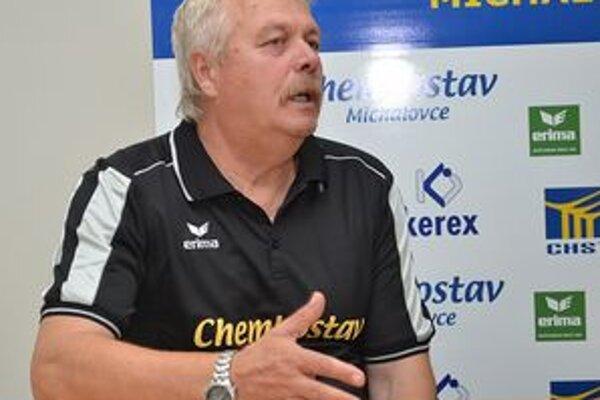 Tréner Iuventy József Vura. Dnes a zajtra čaká jeho tím pohárový dvojzápas.