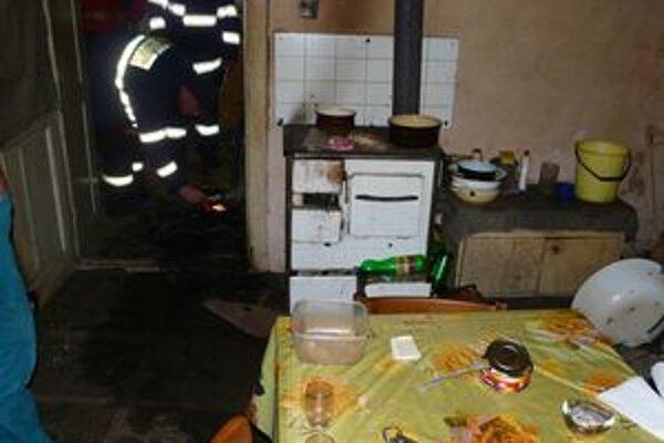 Oheň spôsobil škody len za 100 eur. Muža nezabili plamene, ale hustý dym.