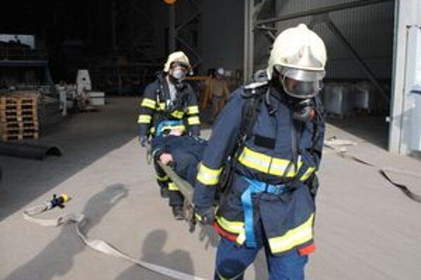 Hasiči a záchranári si v závode nacvičili zásahy pri kritických situáciách, ktoré môžu reálne nastať.