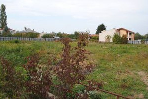 Nemocnica v Sobranciach. Pozemky v jej areáli sú na predaj. Mali by na nich stáť rodinné domy.