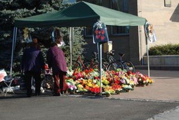 Predajcovia kvetov, vencov a sviečok. Sviatok Všetkých svätých im zvyšuje tržby.