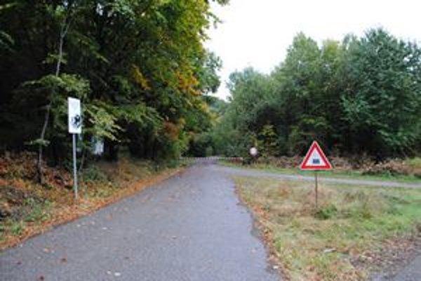 Zákazy. S autami do vojenských lesov nesmiete, cesty sú účelové len pre lesníkov.
