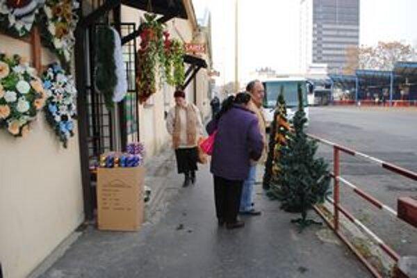 Už kupujú. Záujem je o umelé stromčeky a viac ako vlani o vianočné ozdoby.