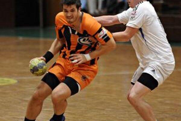 Stále na listine zranených. Pivot winLandu Juraj Géci (vpravo) už začal s ľahkým cvičením.