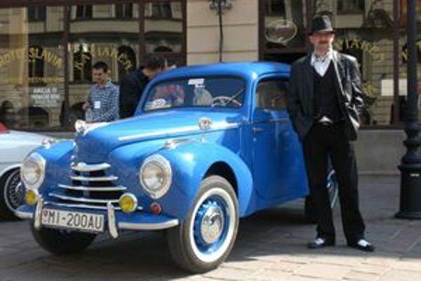 Škoda 1101 z roku 1951. Predseda klubu Slavo Maďar so svojím veteránom.