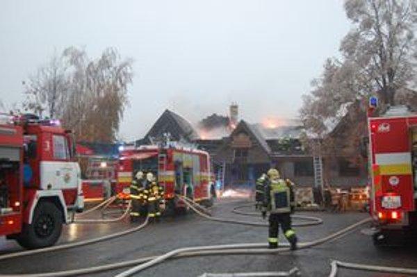 Požiar zachvátil celú strešnú konštrukciu penziónu. Majiteľ odhadol škody na 300-tisíc eur.