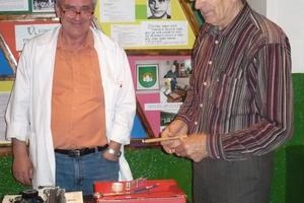 Dušan Klec (vľavo) a Bartolomej Soták v pamätnej izbe.