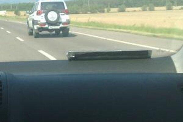 Rumunskí policajti. Na služobnom aute ich nafotili na výjazde z Michaloviec na Zemplínsku šíravu.
