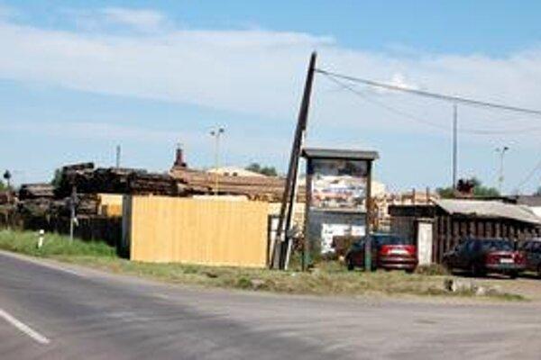 Požiar dreva. K veľkému požiaru došlo v tejto firme na okraji Stredy nad Bodrogom.